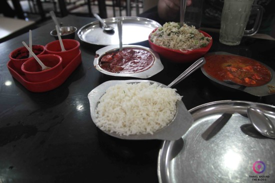 Paneer Tikka masala i Panerr Butter masala, a do tego jeszcze napoje i koszt 18 zł za dwie osoby! W Mumbaju.