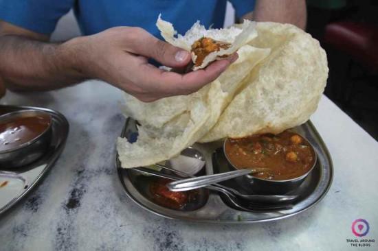 Bhatura. Tak się je.