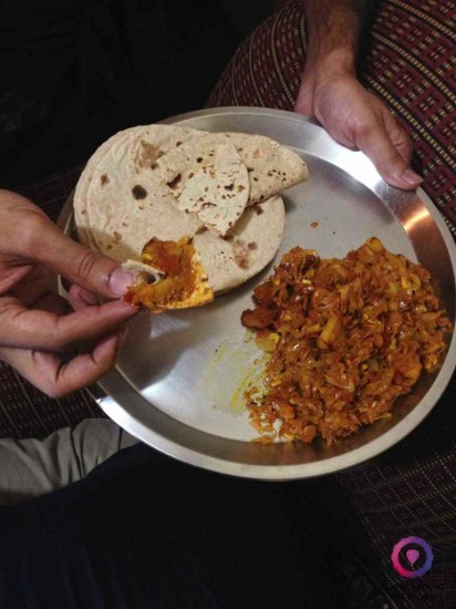 Pierwsze indyjskie domowe jedzenie. Patta goobhi with chapatti. Poczęstował nas tym Harry, u którego mieszkaliśmy w Bombaju.